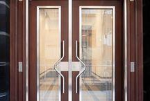 Bina kapısı / Bina kapısı çok farklı özelliklerde olmalıdır. Bina kapısı kapanırken ses yapmamalı, sağlam ve sıkı bir şekilde kapanmalıdır. Bina kapılarının bakımları uzun süre ihmal edilir. Bu nedenle, bina kapısı dayanıklı olmalıdır.