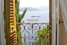 camera con vista / Anche la casa più buia e piccina diviene preziosa se dalla finestra si può scorgere un po ' di luce e poesia
