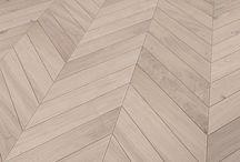 Solidfloor create your floor Fischgrat /     Solidfloor steht seit 1919 für außergewöhliche und besonders rustikale Böden mit einem natürlichen Used-Look. Die Böden wurden ursprünglich für Hotels, Geschäfte, Büroräume als auch für die Gastronomie entwickelt. Die stark strukturierten Oberflächen sind besonders robust und zudem pflegeleicht.