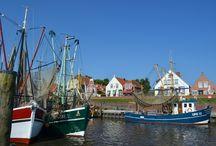 Häfen in Ostfriesland / Moderne Jachthäfen und schmucke Museumshäfen sorgen in Ostfriesland für das maritime Flair. Dabei gibt es vom Fischkutter in Greetsiel bis zu gewaltigen Kränen im JadeWeserPort in Wilhelmshaven eine Menge zu sehen.