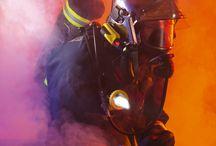 Náhlavní svítilna Adalit L-10 na hasičské přilby / Jedná se o první dobíjecí svítilna vyvinutou speciálně pro hasičské přilby. Systém bajonetového úchytu pro svítilny vyráběné společností Adalit jsou již integrovány do hasičských přileb společnosti MSA a Drägger. Samozřejmostí je možnost dokoupit i adaptéry na jiné druhy uchycení.  Více informací na http://www.mhz.cz/cs/svitilny-adalit