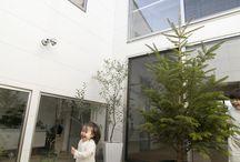施工例3 l ソラマド香川 / 香川県内で建てたソラマドの家の写真です。 お洒落で、わくわくして、人とは違った家を建てたい、もちろんローコストで…。 私たちは、そんな住宅をたくさん実現してきました。 お客様のお好みのテイストはもちろん、ライフスタイルに合わせた、快適で心地良いオンリーワンの住まいをご覧ください。 <Works3> 香川県高松市 家族構成:夫婦+子供2人 延べ床面積:132.48㎡