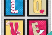 Posters e Quadros / Crie composições inéditas que transmitam todo seu estilo e personalidade. Combine a arte com as cores, defina a posição e os tamanhos.  Nossos Posters são de altíssima qualidade e durabilidade, estão disponíveis  em 05 opções diferentes de acabamento: Somente Impressão, com Moldura, PVC, Madeira e Acrílico. Impresso em alta resolução real, proporciona imagens nítidas com cores bem vivas para que você tenha uma experiência super agradável no resultado da decoração.