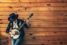 """A szavakon túl / A zene egyidős az emberiséggel, nélküle elképzelhetetlen lenne létezésünk. Örömöt, nyugalmat, erőt nyerhetünk általa, feltölt energiával, vagy könnyeket csal a szemünkbe, ha érzelmeinkben megérint. A nyárhoz kapcsolódó, egyre bővülő számú zenei fesztiválok ereje a jól ismert szlogent látszik alátámasztani, miszerint """"a zene összehoz minket"""". De miért vált nélkülözhetetlenné a zene számunkra és hogyan vagyunk képesek energiát, megnyugvást vagy éppen gyógyulást nyerni belőle?"""