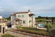 Kroatien - Steinhaus - Stifanici / Alt und Neu wird in dieser Villa auf angenehme Art mit mediterranen Elementen kombiniert.  Der Wohn- und Essbereich ist von überdachten Terrassen umgeben. Alle Schlafzimmer haben Balkons. Pool mit integriertem Whirl-Pool.