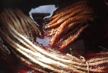 TINTURE NATURALI / La tintura dei tessili può essere applicata  con coloranti sintetici o naturali. La scelta del colorante naturale , viene spesso Le tinture naturali per un etica ecosostenibile e influenza molto l'aspetto esteriore del tessile: le tonalità sono calde e terrose dall'aspetto un po' grezzo