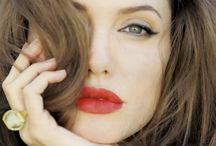 Angelina Jolie / Mãe de 3 filhos adotivos e 3 biológicos, Angelina Jolie ainda tem tempo para atuar, dirigir, fazer trabalhos humanitários e deixar os homens babando. Aos 40 anos, deixa muita novinha no chinelo!