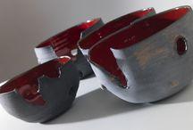 Ceramica Collezione Fuoco / semisfere materiche con smalto lava infuocata rosso all'interno e ingobbio grigio ruvido e opaco esternamente. Si trovano da Eva Munarin ATELIERGALLERIASCUOLA a Colle di Val d'Elsa - Siena -