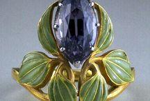 RENE LALIQUE / Maître verrier et bijoutier français, René Lalique est l'un des artistes les plus représentatifs du style mis en vogue par le groupe art nouveau de Samuel Bing. né en avril 1860 il disparaît le 5 mai 1945.