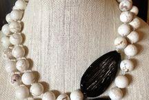 колье с белым коралом и черн. камнями