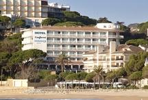 Confortel Caleta Park - Girona / Situado en la costa catalana, en la provincia de Girona, el hotel Confortel Caleta Park es uno de los hoteles vacacionales de la cadena. Es el entorno perfecto para pasar las vacaciones en familia justo a primera línea de playa en S'Agaró y con acceso directo a ella desde el mismo hotel, además el hotel dispone de actividades para toda la familia. / por Confortel Hoteles