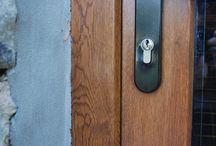 Poškozené fólie na oknech a dveřích / Oprava drobných poškození na fólie RENOLIT na oknech a dveřích