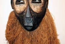 Maskers en houtsnijwerk.  (masks)