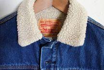 How to wear… lined denim jackets! / Cowboys, rock 'n rollers, hipsters, working class people, preppy boys and grunge girls… De lined denim jacket wordt gedragen in elke subcultuur. Iets voor jou?! Want met die voorspelde vrieskou de komende dagen is zo'n kek spijkerjack met lammy voering geen overbodige luxe!  Ze gaan als warme broodjes, dus we adviseren je niet te lang te wachten. En de prijs? Die is gewoon goed! 45 euro and it's all yours. Ben je nog niet overtuigd, check dan de inspiratiefoto's hieronder.