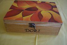 """CAJAS """"SOL DECOLÍO"""". / Esta caja joyero también fue un encargo de Carmencita, en esta ocasión se la regalo a su amiga Dori. A ella le gustó muchísimo el detalle de su amiga y en un momento ya se guardó todas sus joyas. Este dibujo me trae muy buenos sentimientos, fue mi primer encargo y por eso me gusta tanto pintar esta caja. Espero que os guste."""