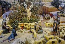 La Anunciación a los Pastores / La aparición del Ángel a los pastores para comunicarles el nacimiento de Jesús y de cómo los pastores, ante el anuncio del Ángel, acudieron al pesebre a adorar al Niño: 'Los pastores se volvieron glorificando y alabando a Dios por todo lo que habían visto y oído, conforme con lo que se les había anunciado'.