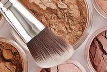 """Make-up / Le maquillage, quand il est mal travaillé, peut vite virer à la catastrophe et au final apporter l'effet inverse que celui pour lequel il est destiné. Le maquillage, c'est d'abord pour mettre subtilement en valeur notre visage. Associé avec une routine soin minitieuse et à base de produits naturels, le maquillage c'est l'effet baguette magique que l'on trouve sur l'iphone quand on veut modifier une photo. On l'a tous fait ou au moins testé. Bref, bah cet effet, subtil, rend tout de même la photo plus belle. Les traits sont plus nets, les couleurs légèrement réhaussées, la qualité de l'image plus nette. Bah un maquillage, bien appliqué, (ouais va quand même falloir beaucoup d'entraînement) donne cet effet """"magique"""" sur votre jolie p'tite bouille. Donc pour apprendre, c'est par ici. (Y'a même des recettes pour faire son propre maquillage.) ,"""