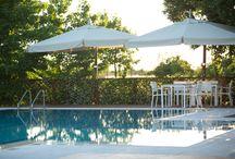 La piscina / La nostra splendida piscina che ospita, durante l'estate, romantiche cene stellate ed aperitivi durante i quali poter sorseggiare gustosi cocktail alla frutta ed eccellenti menù degustazione.