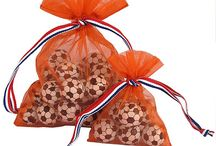 Koningsdag Oranje / Organza zakjes oranje met  rood wit blauw lint. Leuk voor Koningsdag, als souvenir verpakking of om chocolade voetballen in te verpakken tijdens WK of EK.