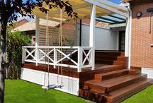 DECK IPE y pérgola blanca / Deck construido por Quality American Home (qah.es), en madera de IPE, y decorado con una pérgola en madera laminada y terminada en color blanco.