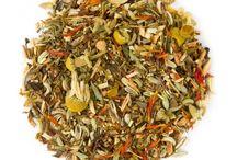 Ceaiuri Rooibos / Odata ce-i dai de gust, te va atrage ca un magnet. Din Rooibos, un arbust de origine sud-africana, se prepara o infuzie savuroasa, cu un efect revigorant si calmant in acelasi timp. Nu contine cafeina, insa este bogat in antioxidanti si minerale, fiind consumat pentru efectele sale benefice asupra frumusetii pielii si sanatatii aparatului circulator si nervos