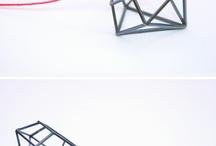 Amalia vermell / Amalia Vermell neix el 2011 després de trobar un bonic taller al centre de Barcelona. Som un equip de tres joieres, sensibilitat, enginy i constància es complementen per trobar un llenguatge nou, transformant materials i experimentant amb noves tècniques per arribar a una peça especial. Les nostres col·leccions són sèries limitades, fetes a mà, sempre buscant la bellesa i cuidant cada detall