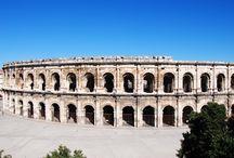 Amphithéâtre de Nîmes France / L'amphithéâtre (ou arènes) de Nîmes est le mieux conservé du monde romain. Dès la fin du 1er siècle de notre ère, il accueillait des chasses de bêtes sauvages et des combats de gladiateurs. Aujourd'hui, de nombreuses manifestations s'y déroulent.
