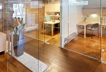 Skleněné stěny / Celoskleněné stěny STYLUS ® umí prostor dokonale fyzicky oddělit a zároveň opticky ponechat volný. Skla lze jakkoli dekorovat a tím designově propojit s exteriérem i interiérem.