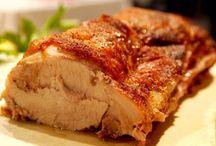 Bayerische Küche / Die bayerische Küche ist eine bodenständige, in den Ursprüngen bäuerliche Küche. Charakteristisch für die bayerische Küche sind die zahlreichen Fleisch- und Bratengerichte, Knödelgerichte und Mehlspeisen.