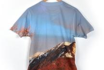 Foto T-Shirts  / Bei Originelle Fotogeschenke kannst du jetzt selber der Designer deines T-Shirts sein! Wir drucken dein Design ganzflächig auf ein T-Shirt - Vorder - und auch Rückseite komplett bedruckt! Alles ist möglich:Ob Fotos, Designs oder Text, ganz wie du möchtest.