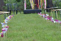 Allée de coeurs / Arche décorée de rubans et de fleurs en papier de soie et coeurs découpés à la perforatrice et pailletés