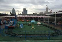 A rooftop amusement center / どこか懐かしい、屋上の遊園地の風景。 Somehow a nostalgic scenery of the roof-top amusement park.