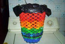 Cubo de basura con tapones de plástico