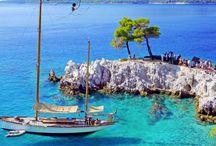 Skopelos / Skopelos er en grøn perle omgivet af fantastiske strande. Atmosfæren er unik og græsk, og hovedstaden med sine snoede stræder med hvidkalkede huse, er typisk for den sporadiske arkitektur. På Skopelos får du en rolig ferie med god mad og dejlige stunder ved havet. Se mere på www.apollorejser.dk/rejser/europa/graekenland/skopelos