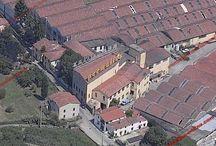 """Fabbrica Permaflex: le sedi storiche / Ecco una serie di foto delle storiche fabbriche Permaflex. Ormai gli impianti di produzione sono stati ammodernati e spostati in nuovi fabbricati.  Queste fabbriche hanno avuto il merito di saper supportare e reggere il passo degli importanti livelli produttivi raggiunti dal marchio di materassi più famoso d'Italia.  Adesso sono oggetto di riqualificazioni post-industriali, tuttavia a nostro avviso è giusto ricordare anche """"come erano"""".  Un pezzo di storia della nostra Italia del boom economico."""