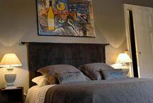 L'Alsacienne / La chambre d'hôtes l'Alsacienne : «Un clin d'oeil à la région de naissance de Xavier...»  La plus intimiste (25 m2),  pouvant accueillir 2 personnes,  orientée Ouest avec vue sur la piscine.   elle saura vous séduire avec son armoire de style Louis XV en noyer, ses chaises typiques d'Alsace et sa décoration régionale dans les tons taupe et bleu…  - Un grand lit de 160 cm. - Une salle de bains avec double vasque et douche à l'italienne. - Toilettes séparées, - Connexion internet Wifi.