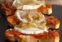 tostada de cebolla caramelizada y queso cabrá