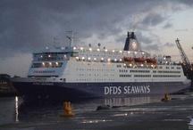 DFDS Seaways / DFDS Seaways is de grootste ferrymaatschappij in Noord-Europa. De Deense cruiseferrymaatschappij opereert binnen een netwerk van 25 routes, met 55 schepen voor passagiers en vracht. Van IJmuiden naar Newcastle vervoert DFDS Seaways jaarlijks ruim een half miljoen passagiers over het water. Dit jaar bestaat de route IJmuiden – Newcastle 20 jaar. Andere populaire vaarroutes van DFDS Seaways zijn Duinkerken – Dover en Calais - Dover. / by Cherry Picker