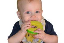 Bijtspeelgoed ❁ / Tandjes krijgen is een van de meest pijnlijke ontwikkelingsprocessen voor baby's en voor ouders. Deze bijtspeeltjes zijn ideaal voor het verzachten van pijn tijdens het doorkomen van de eerst tandjes. Ze zijn gemaakt van 100% veilig siliconen, vrij van BPA, ftalaten, PVC en lood. Ze bieden de perfecte hoeveelheid weerstand om pijnlijk tandvlees van je baby te verzachten, en met het leuke one-of-a-kind ontwerp, zal dit zeker zorgen voor een lach op je gezicht!