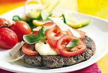 Tomaten / Tomaten zijn er in vele varianten, zoals de vertrouwde trostomaat, de kleine cherrytomaat of de smaakvolle pruimtomaat. Die variatie zet zich door in de keuken, kijk hieronder maar eens!