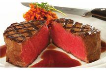 John Stone Beef / John Stone har stort fokus på dyrevelfærd, og det afspejler sig i kødets forrygende kvalitet. Kvæget er 100% græsfodret og lever på græs hele deres liv så vidt det milde klima tillader det. Dette giver kødet smag, saft og mørhed. For at få det helt perfekte stykke kød, bliver det krogmodnet i optil 21 dage i tempererede kølerum. Kvæget og udskæringerne er omhyggeligt udvalgt for at sikre at kvaliteten er fantastisk hver gang.