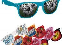 Zonnebrillen / Zonnebrillen bedrukken, bedrukte zonnebrillen met LOGO of tekst. Zonnebril zelf samenstellen is ook mogelijk, vraag naar de mogelijkheden. Wij maken af fabriek eigen PMS kleur zonnebrillen.