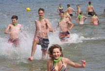 Obozy i kolonie nad morzem / Kolonie i obozy językowe, sportowe i tematyczne organizowane przez Lektor Travel odbywają się nad morzem i w górach. Dzieci i młodzież uwielbiają letni wypoczynek zwłaszcza w Dźwirzynie, gdzie relaksują się na plaży, pływają, uprawiają ulubione sporty wodne.