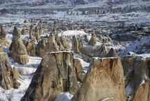 Turistler Beyaz Kapodya'ya Hayran Kalıyor / Türkiye'nin önemli turizm merkezlerinden Kapadokya'da, kar yağışının ardından beyaza bürünen peribacaları turistleri hayran bırakıyor.   Doğal kaya oluşumları ile kaplı vadileri, yeraltı şehirleri, mağara otelleri ve kayadan oyma manastırlarıyla ünlü bölge, kış mevsiminde çoğunlukla Uzakdoğulu turistlerin uğrak yeri haline geliyor.   Bölgede drone objektifine yansıyan görüntüler, Kapadokya'nın her mevsim ayrı bir güzelliğe sahip olduğunu ortaya koyuyor.
