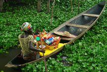 Benin / Fare un viaggio in Benin significa ricercare le proprie origini, toccare con mano la storia, comprendere le vicende beninesi che sono otevolmente intrecciate con quelle di altri Paesi, ritrovare le orme del passato. Ma non solo. Il Paese oggi vive di un'animata e colorata vita, che al presente mescola il passato e ripone le sue speranze sul futuro.