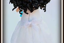 Fofucha Niña de Comunión Lorena / Su vestido está realizado con base de gomaeva y organza por encima. La diadema está realizada con pequeñas flores de papel que también hemos colocado en el vestido.