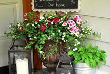 kvetinova dekorace pred domem