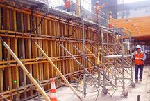 """Z cyklu """"ULMA na świecie"""" – wieżowiec Torre ICHMA w Limie / W Peru powstaje wysokościowiec, aspirujący do certyfikatu LEED Green Building z uwagi na zastosowane rozwiązania proekologiczne i efektywność energetyczną. Poniżej poziomu gruntu budynek sięga na głębokość 30 m, obejmując 11 kondygnacji i garaż podziemny na 317 pojazdów. Część naziemna liczy 20 kondygnacji i wznosi się na wysokość 69 m. Obiekt charakteryzuje schodkowa bryła, wysokość kondygnacji wynosi 3,36 m, a elewacja ma być przesłonięta szklaną ścianą kurtynową."""