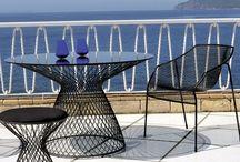 """Emu / Emu est une firme italienne de renommée internationale. Elle représente le  """"made in Italy"""" par excellence dans le domaine du mobilier outdoor. Formes, couleurs, tout se mélange de la chaise au canapé en passant par la table. Du mobilier design et coloré pour une décoration tendance. La recherche du design et l'innovation technologique sont les mots d'ordre d'Emu. Les meubles Emu sont doté d'une empreinte graphique design chaleureuse."""