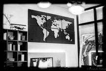 """Map Monde en """"String-art"""" cuir by DIMENSYON / Map Monde en """"String-art"""" sur 6 cadres en cuir noirs by DIMENSYON"""